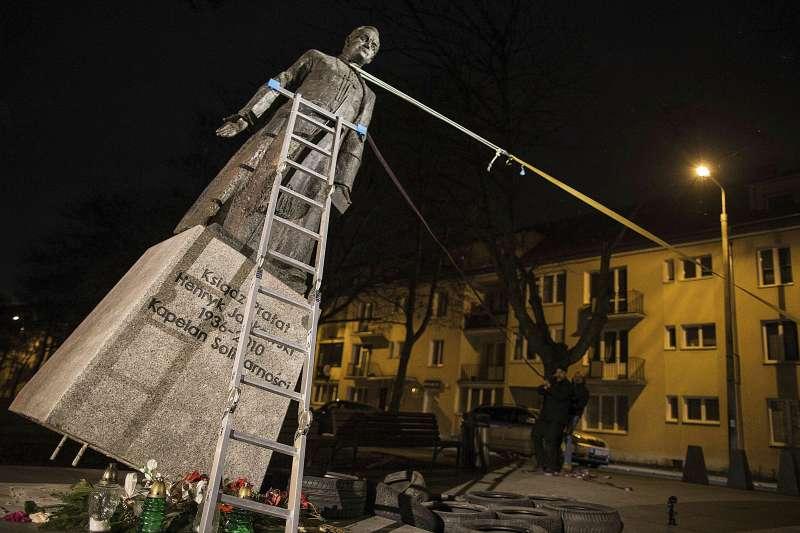 近年,波蘭知名反共神父揚科夫斯基性侵未成年人的惡行一一曝光。今年2月,波蘭的社運人士弄倒揚科夫斯基的雕像(美聯社)