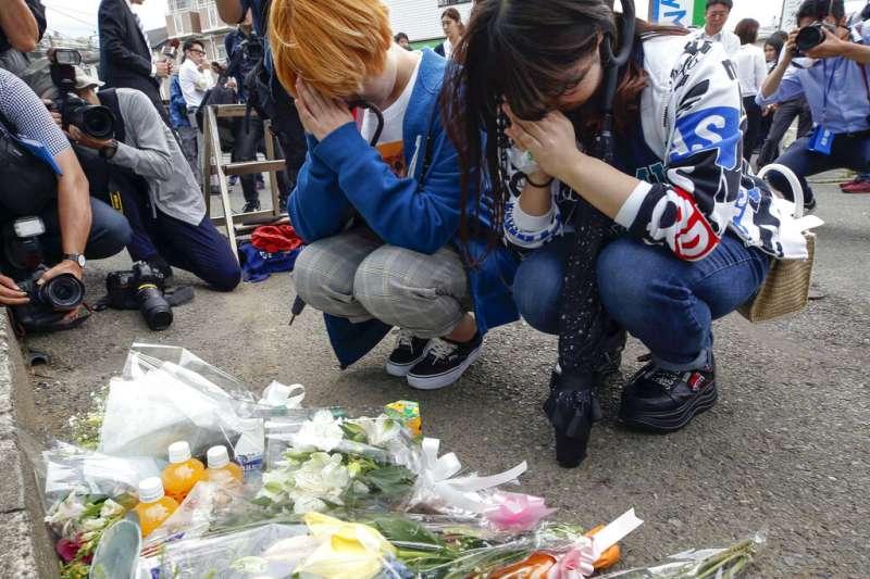 神奈川隨機殺人事件發生後,日本民眾在案發地點供奉鮮花飲料,為死難者祈求冥福。(美聯社)