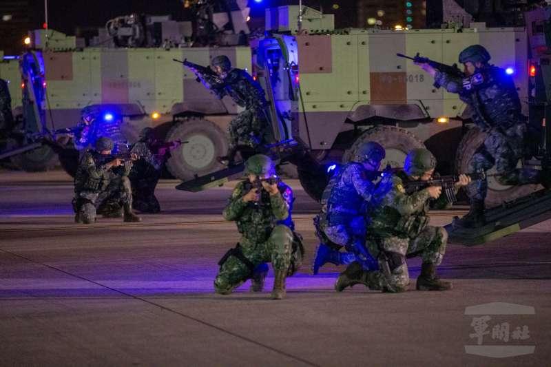 20190529-國軍漢光35號演習29日進入第三天,憲兵202指揮部夜間在松山機場實施反空機降演練。(取自軍聞社)