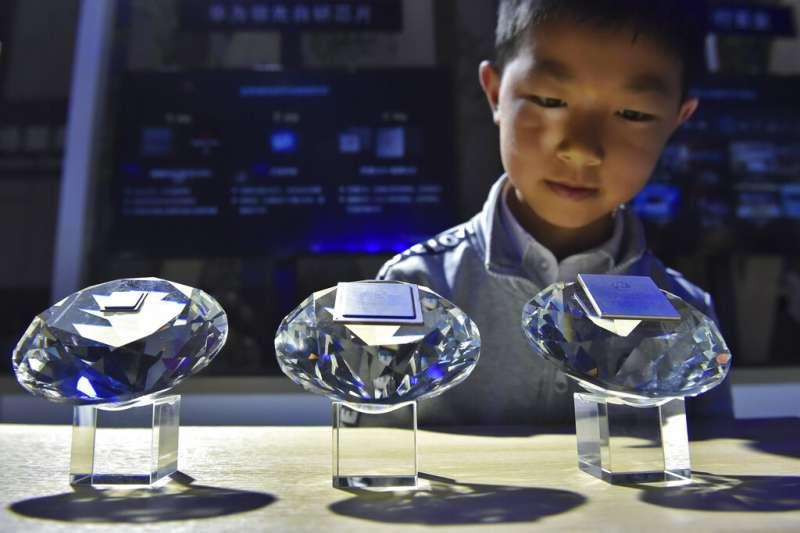 華為,中美貿易戰,P30,華為研發的晶片。(美聯社)