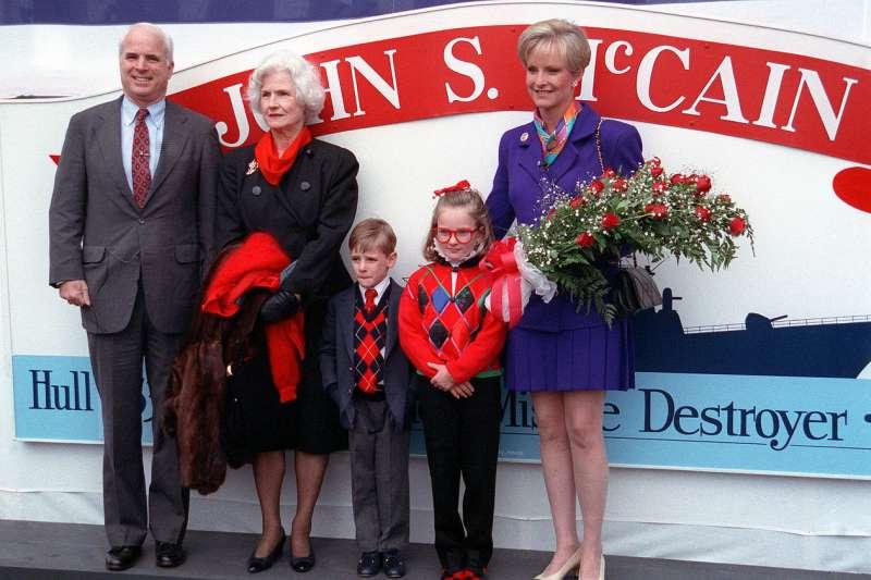 美國海軍飛彈驅艦「馬侃號」(USS John S. McCain)1991年下水典禮,聯邦參議員馬侃帶著母親與妻兒參加(Wikipedia / Public Domain)
