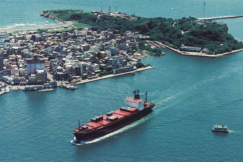 從高雄港俯瞰大船入港。(圖/高史博典藏提供)