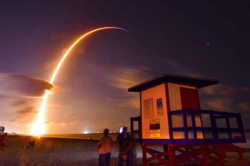 美國太空探索技術公司(SpaceX)打算發射1.2萬顆衛星到太空之中,第一批部署的60顆衛星5月24日全數發射。(AP)