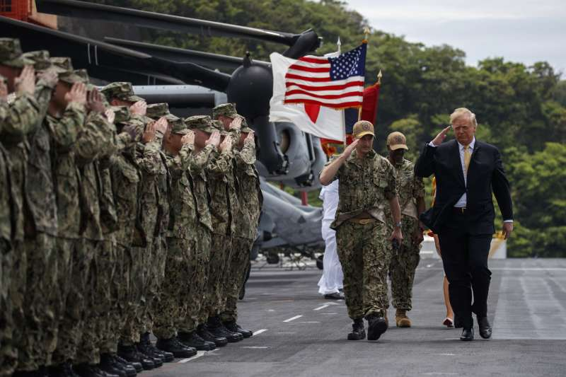 2019年5月28日,美國總統川普視察日本橫須賀美國海軍基地。(美聯社)