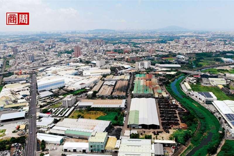 鳥瞰「工業之米」的故鄉。沿著岡山新樂街往上走,台灣第一家螺絲廠春雨位於中右段,短5分鐘的車程,沿路指標大廠晉禾、聚亨林立。圖右遠方處是漯底山。(攝影/楊文財)