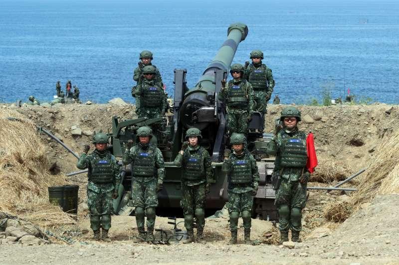 20190530-國軍第4作戰區30日上午在屏東滿豐陣地進行「聯合灘岸殲敵作戰」操演。一門隸屬陸軍八軍團43砲指部的M110A2自走砲,9名砲班成員由全女性士官兵組成。(蘇仲泓攝)