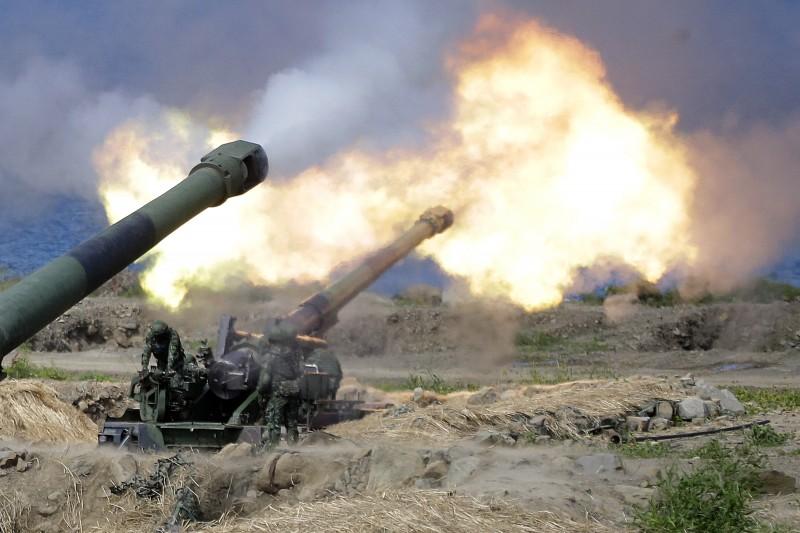 漢光35號演習(漢光演習)在屏東滿豐射擊場舉行聯合灘岸殲敵作戰操演,M110自走砲射擊(AP)