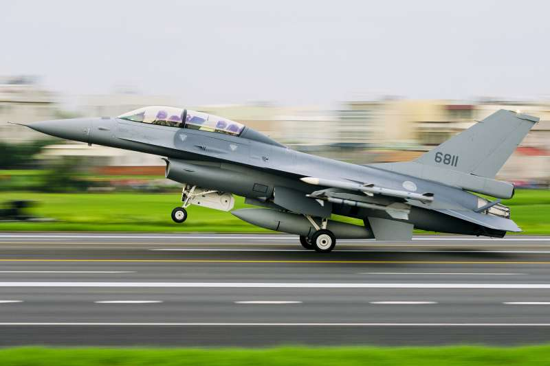 艾克斯(David Axe)近日在《富比士》(Forbes)撰文指出,中國若要侵略台灣,必須得攻下澎湖,否則將面對澎湖島上大量反艦飛彈及防空飛彈的威脅。圖為F-16V戰隼式戰鬥機。(資料照,AP)