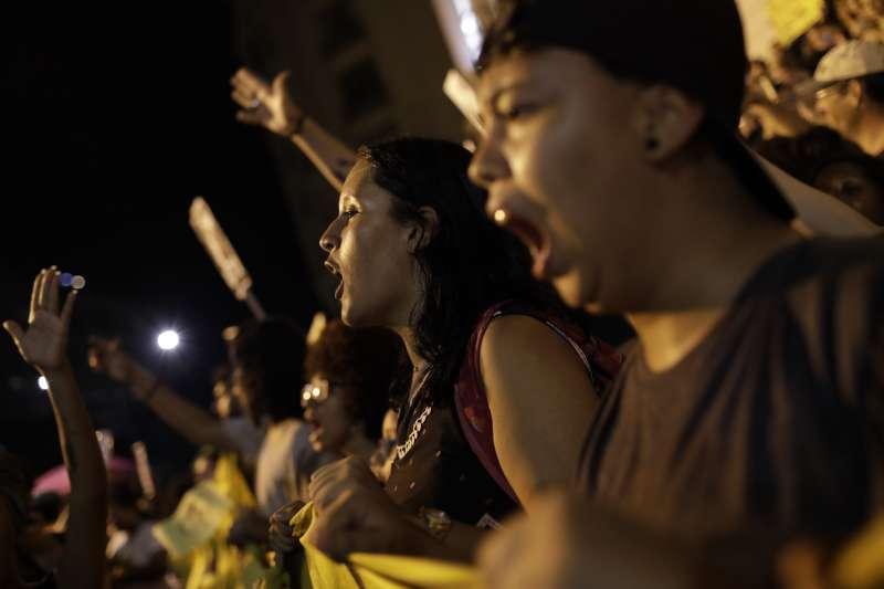 學生上街怒吼,抗議政府亂刪高教預算。(AP)