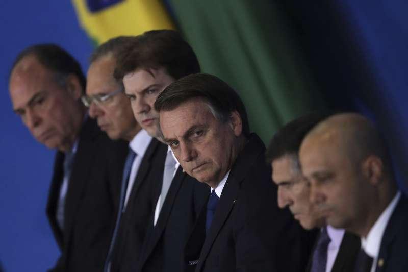 巴西總統博索納羅神情凝重(左4)。(AP)