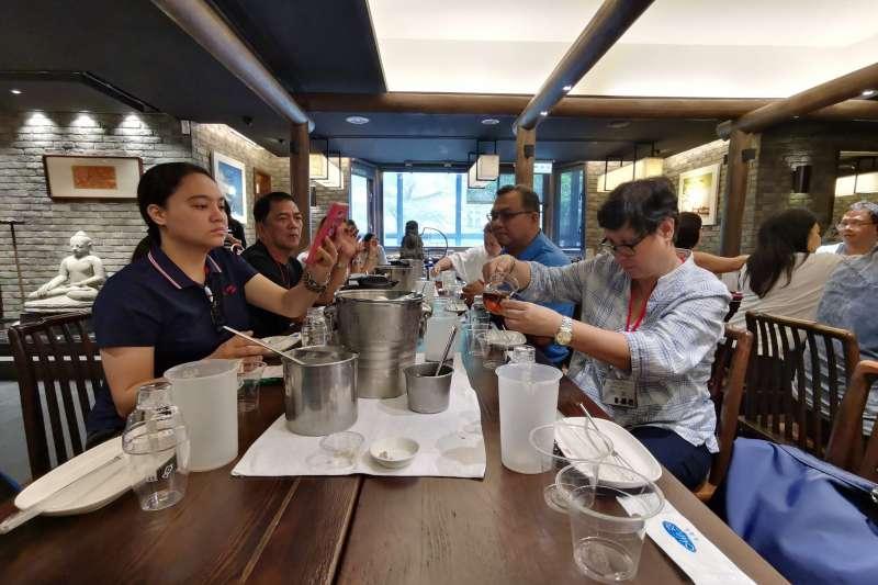 菲國媒體踩線首站前往春水堂體驗珍珠奶茶DIY,了解珍珠奶茶發源地。(圖/台中市政府觀光旅遊局提供)