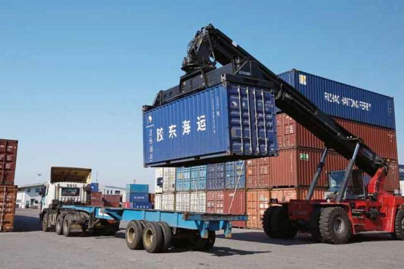 20190531-作者質疑,幾年來,政治人物一方面渲染中國大陸對台灣農產品貿易的「危害」,另一方面則是不斷強調「新南向」政策的勢在必行。但新南向政策就是把雞蛋轉移籃 子的唯一萬靈丹嗎?(多維提供)貨櫃、貿易