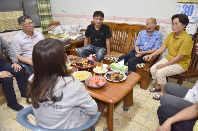 20190531-韓國瑜夜宿大社單親家庭。(高雄市政府提供)