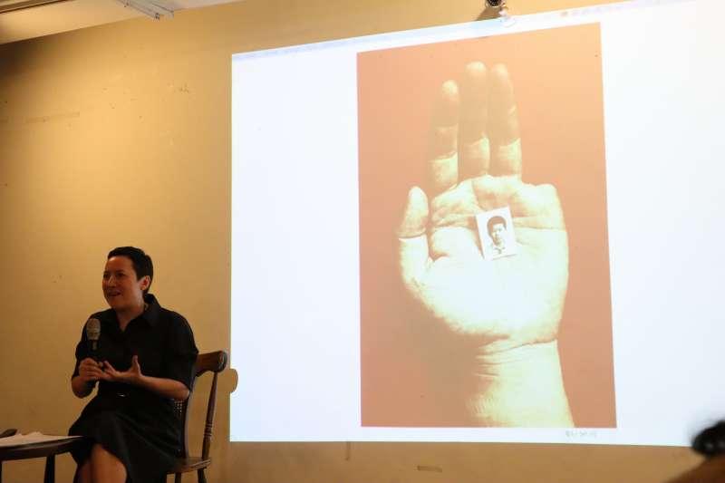 林慕蓮5月25在台北宣傳新書《重返天安門:在失憶的人民共和國,追尋六四的歷史真相》,提到一位藝術家砍掉自己的手指,來抗議中共對六四鎮壓。(蔡娪嫣攝)