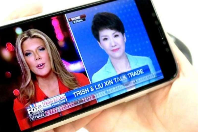 中國國際電視台女主播劉欣與美國福斯商業電視台女主持黎根。(BBC中文網)