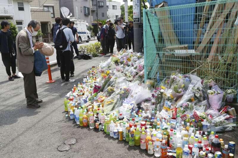 神奈川縣無差別殺人案震驚日本社會,許多民眾都到案發現場哀悼死難者。(美聯社)