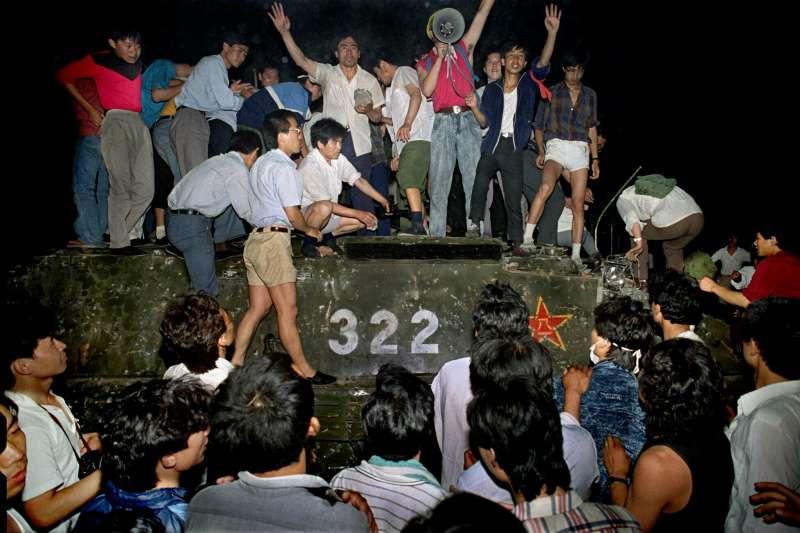 1989年6月4日凌晨,示威群眾爬上軍方坦克。(資料照,美聯社)