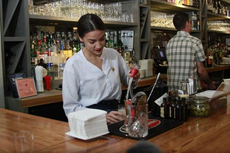 民主黨議員奧卡西歐─寇特茲(Alexandria Ocasio-Cortez)為了提倡公平薪資,重操舊業回到酒吧當酒保。(美聯社)