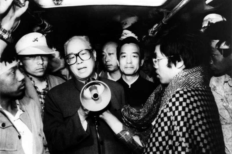 1989年5月19日,天安門廣場,中共中央總書記趙紫陽探視示威抗議的學生與市民(AP)