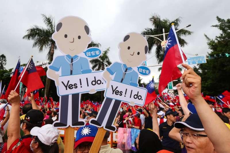20190601-挺韓國瑜團體1日於凱道舉行「決戰2020,贏回台灣」全國團結造勢大會,人潮塞滿凱道、景福門、中山南路、仁愛路,並於現場高舉韓國瑜Q版人像看板。(顏麟宇攝)