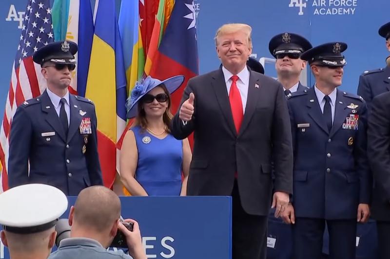 2019美國空軍官校畢業典禮:美國總統川普出席且放出我國旗(翻攝影片)