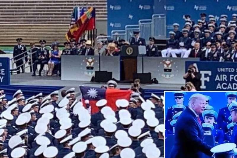 美國空軍官校畢業典禮,中華民國國旗被醒目陳列,美國總統川普並與我國空軍送派的畢業生劉欣學握手。(取自蔡英文臉書)