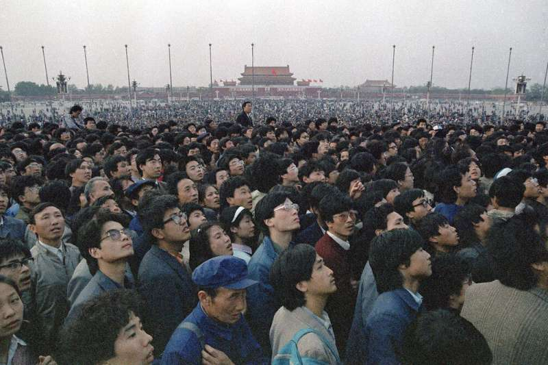 六四、1989年4月21日,數萬北京市民與學生在天安門廣場示威。(AP)