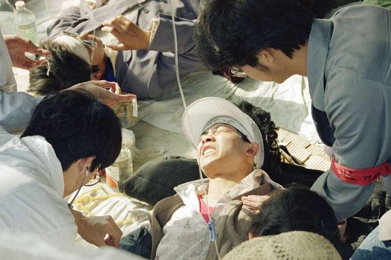 六四、1989年5月17日,在北京天安門廣場絕食抗議的學生餓倒,受到緊急救護。(AP)