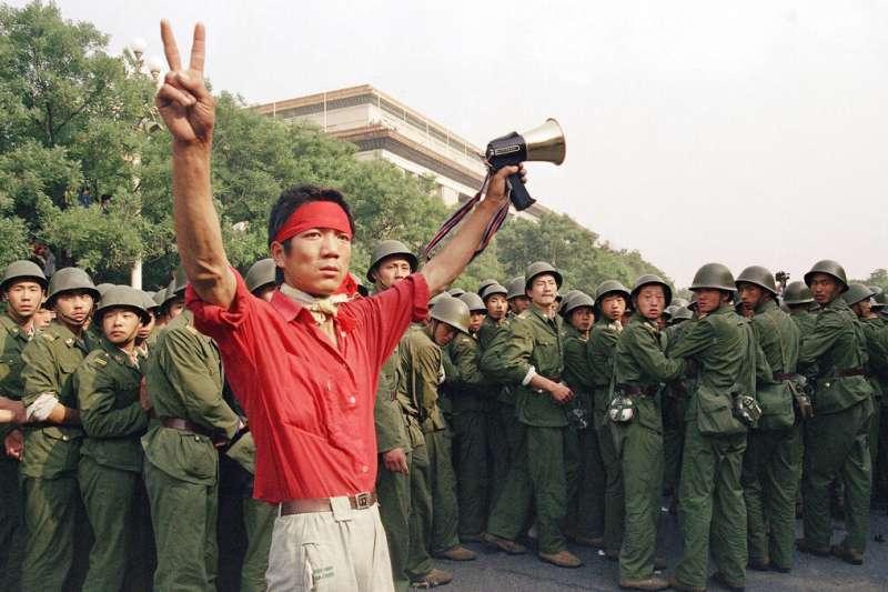 六四、1989年6月3日,一位示威民眾在人民大會堂西側朝人民解放軍比出勝利手勢。(AP)