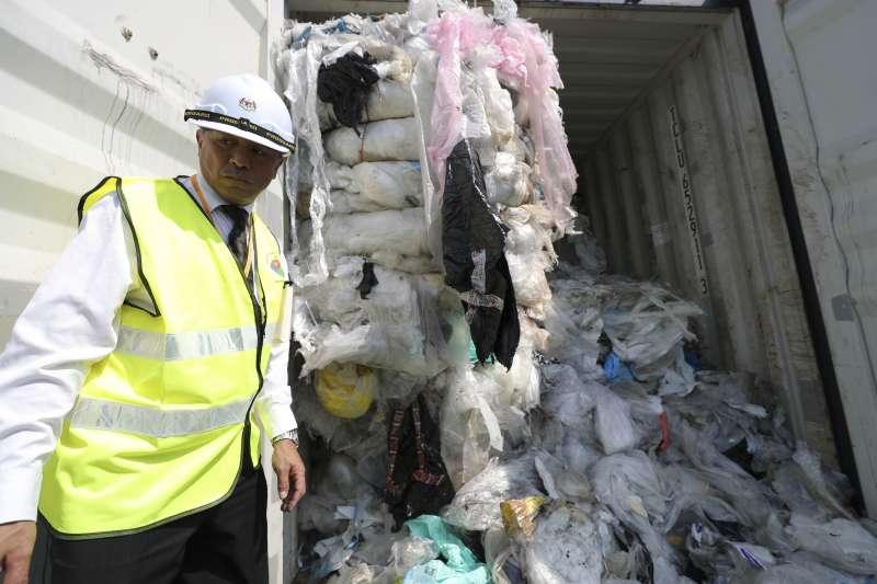 2019年5月28日,馬來西亞環保部長楊美盈率領大批工作人員前往港口,打開裝滿洋垃圾的貨櫃。(美聯社)