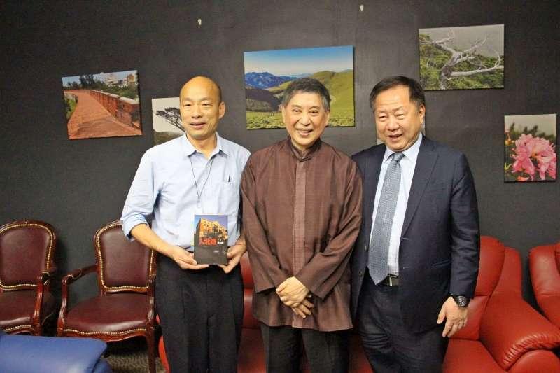 高雄市長韓國瑜(左)感謝作家白先勇(中)將《牡丹亭》帶來高雄演出。(高雄市政府提供)