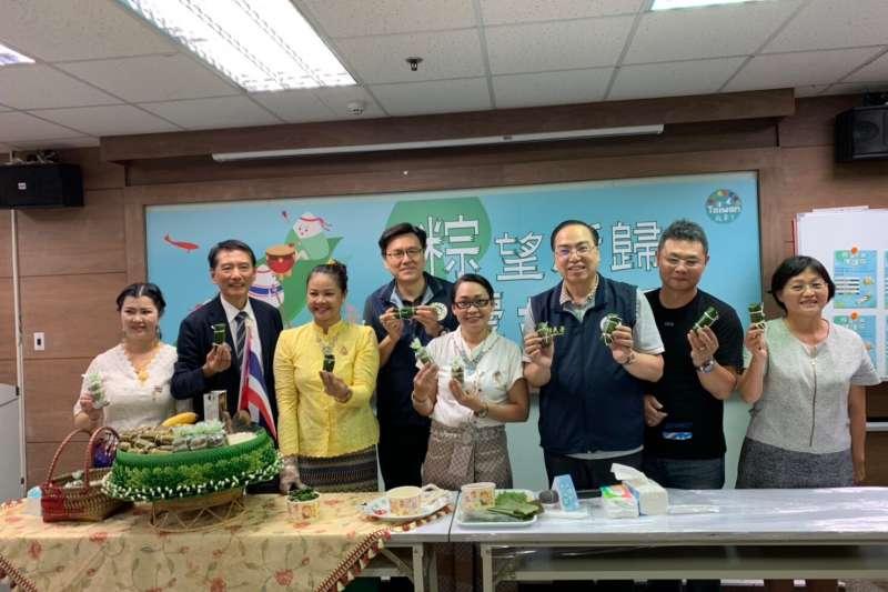 與會來賓學習包泰國香蕉糯米粽,移民署桃園市服務站主任林萬益(右三),移民署秘書室主任林澤謙(左四)。圖/ 新住民全球新聞網提供