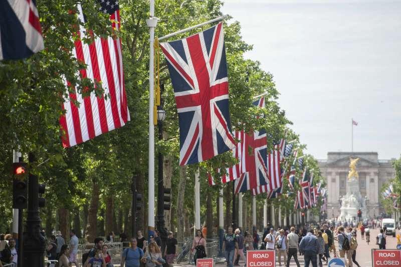 2019年6月3日,美國總統川普將抵達英國進行國是訪問,白金漢宮前大道上布滿英國與美國國旗。(美聯社)