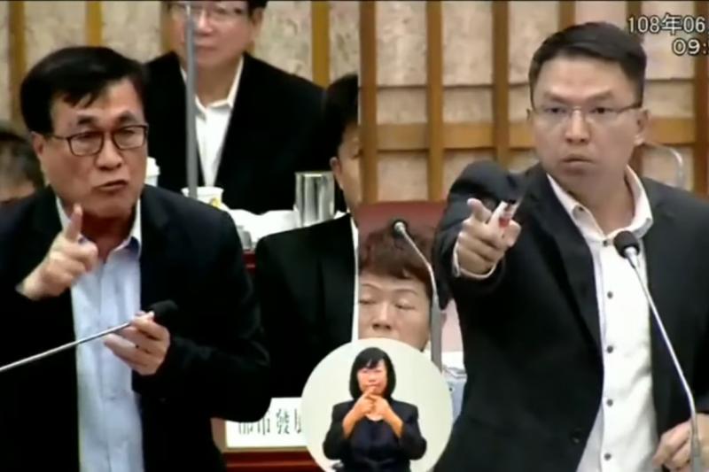 民進黨議員黃文益(右)質疑,高雄市政府不顧工程品質,搶快通車,讓副市長李四川(左)罕見動怒。(截自Youtube)