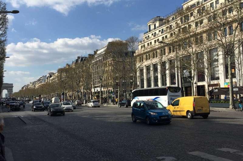右側第一棟建築物就是位在香榭大道正中央的拉法葉概念店,遠端凱旋門是遊客來巴黎必逛的景點之一。(Kuei提供)