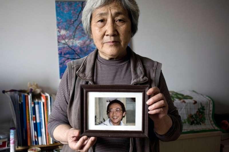 天安門母親張先玲2014年向記者展示她兒子的照片。(美聯社)