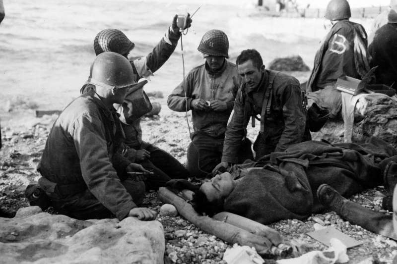 1944年諾曼第登陸戰,奧瑪哈海灘成功登陸的美軍。(AP)