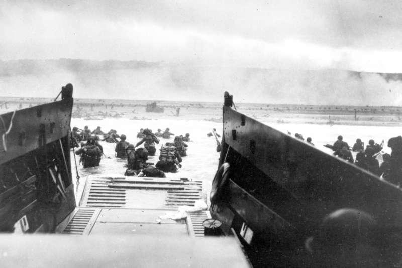 1944年諾曼第登陸戰,從登陸艇看向前方登陸的美軍。(AP)
