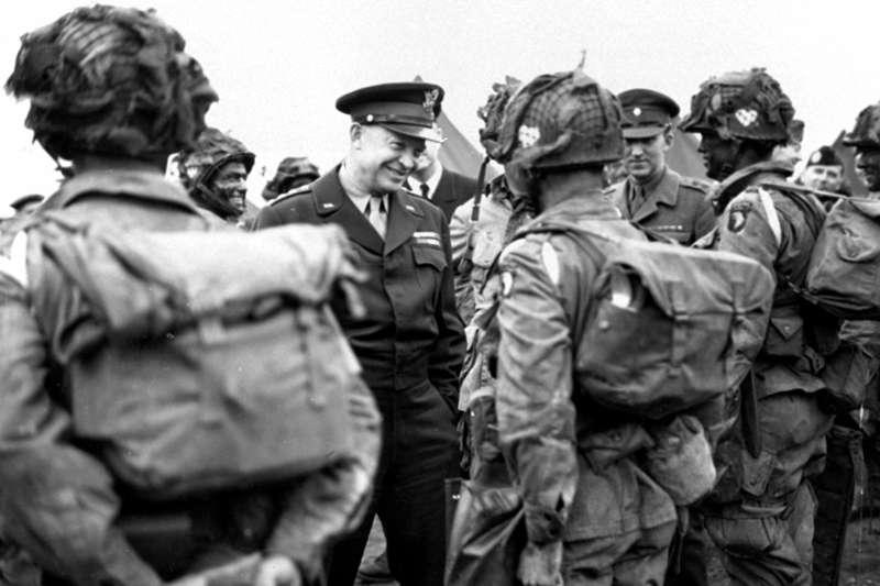 1944年諾曼第登陸戰,艾森豪(Dwight Eisenhower)與美軍著名的101空降師。(AP)