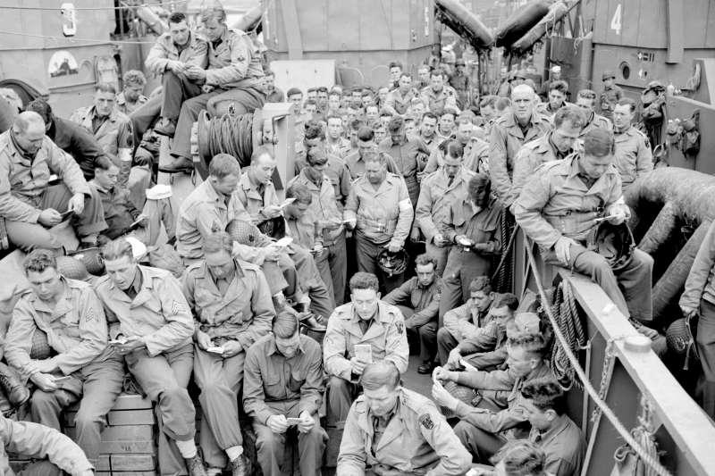 1944年諾曼第登陸戰,「D-Day」前等待乘坐登陸艇的美軍士兵。(AP)