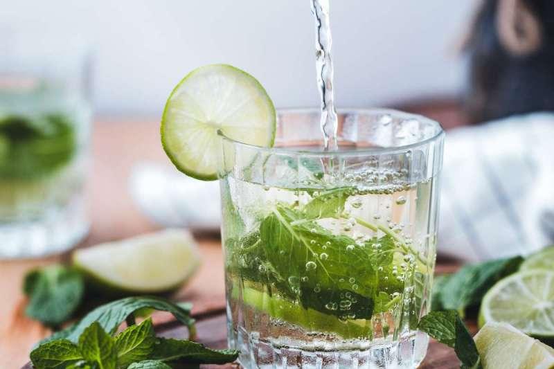 一般人總認為,多喝水對身體有益無害。(圖/Unsplash)