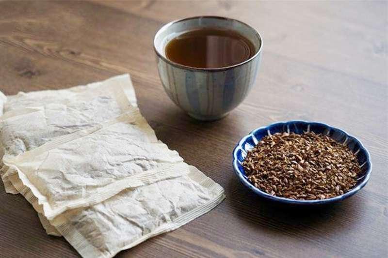 麥茶味甘鹹,不只入喉能解油膩,因能入脾、胃二經,開胃健脾、和中下氣、更能促進消化、除脹氣、消食積。(圖/華人健康網提供)