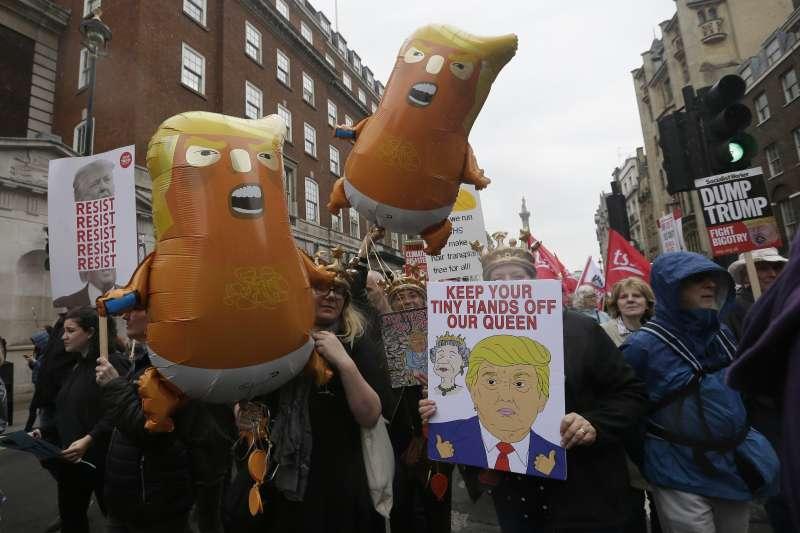 2019年6月,美國總統川普對英國進行國是訪問,倫敦市民以「川普巨嬰」氣球歡迎,標語牌則寫著「你的小手別碰女王」(AP)