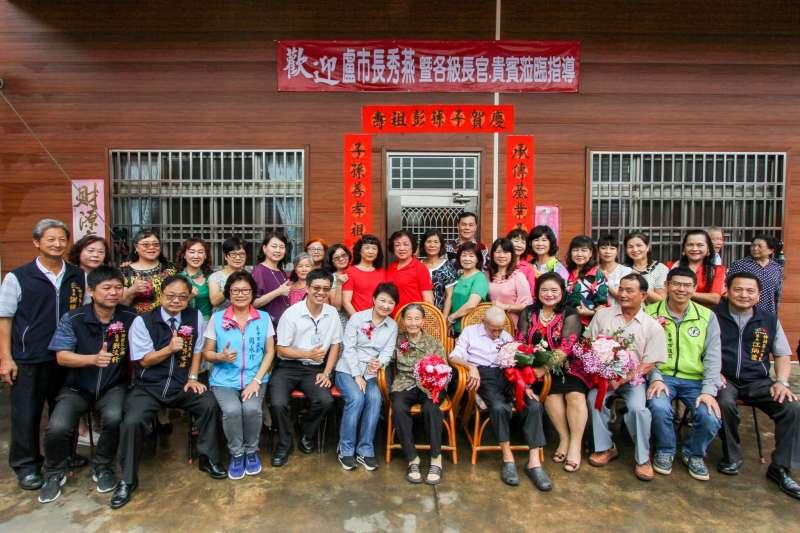 台中市長盧秀燕前往神岡區祝福結婚80周年的林氏夫婦。(圖/臺中市政府提供)