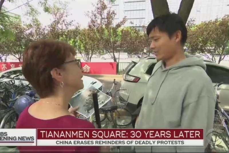 哥倫比亞廣播公司新聞網(CBS News)特派員巴默(Elizabeth Palmer)在北京天安門街訪,遭中國警方拘留(YouTube)