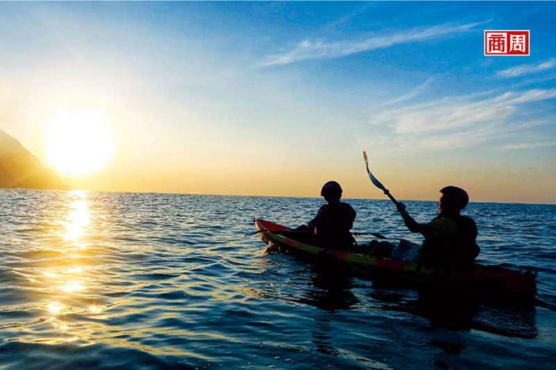 在晨曦光影灑落時分,划行於太平洋上,隨著浪濤起伏感受大自然的脈動。(來源.瓏山林蘇澳提供)