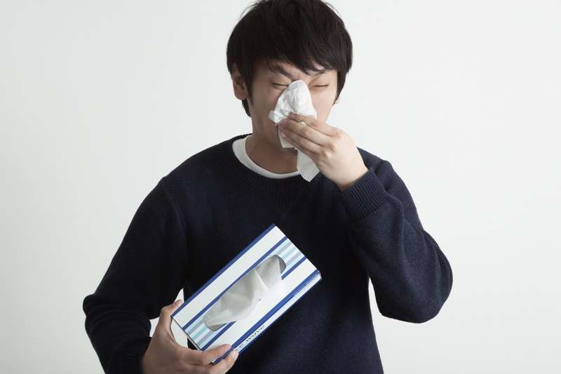 感冒通常是由鼻病毒等多種病原感染引起,有些咳嗽、喉嚨痛、流鼻水、打噴嚏等症狀,通常5到7天內會痊癒。(圖/大川竜弥@pakutaso)
