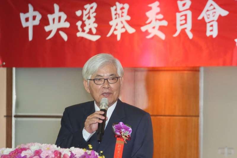 李進勇挺過在野黨的強力杯葛與批判炮火,接下中選會主委印信。(柯承惠攝)