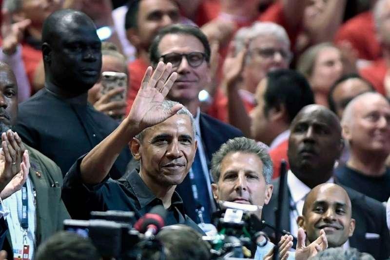 歐巴馬現身多倫多決賽,觀眾也起身高喊MVP。 (美聯社)