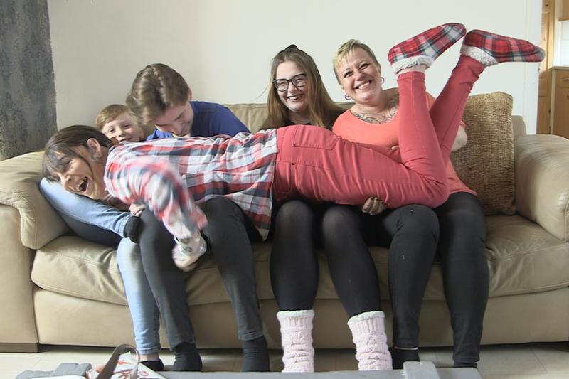 不尋常的英國家庭:「我爸變性 成了我新媽」(BBC)